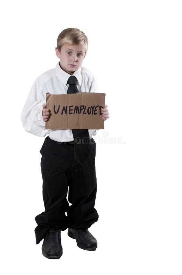 Little Boy, das ein Arbeitslosigkeits-Zeichen hält lizenzfreie stockbilder