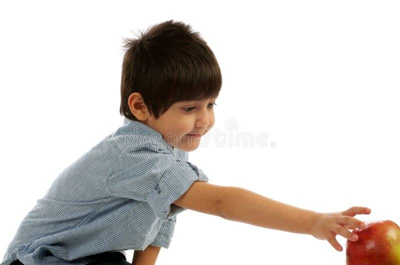 Little Boy, das für Apple erreicht lizenzfreies stockbild