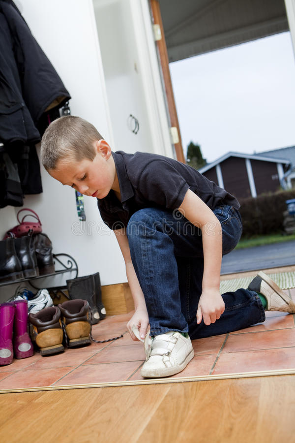 Little Boy, das seine Schuhe bindet stockfotos