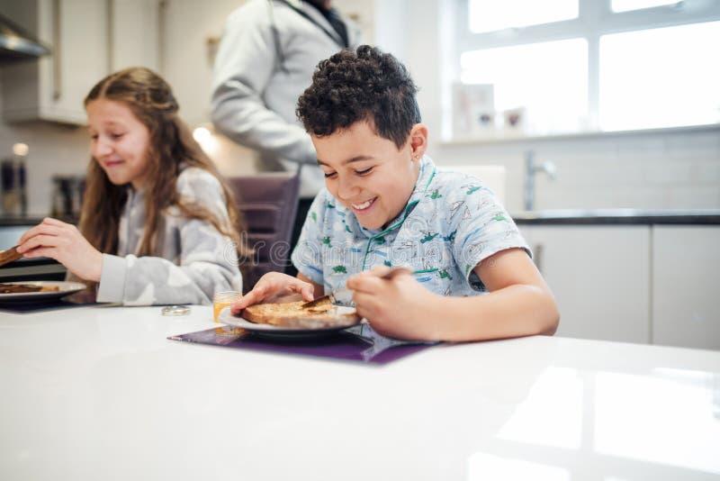 Little Boy, das Toast mit Stau genießt stockbilder