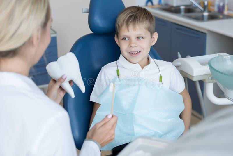 Little Boy de sorriso na cadeira dental imagens de stock