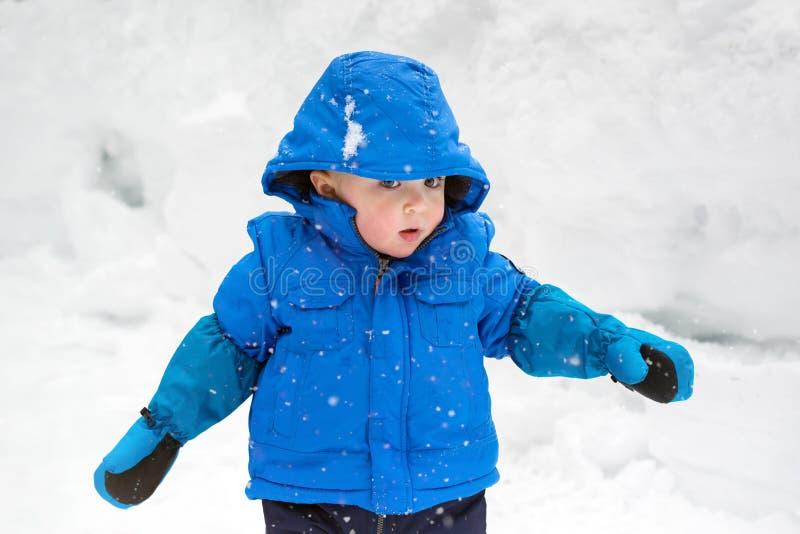Little Boy die op Sneeuw het Vallen letten royalty-vrije stock fotografie