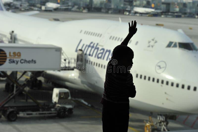 Little Boy die op Vertrek wachten stock fotografie