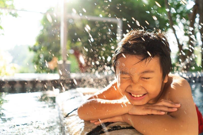 Little Boy en la piscina Concepto de las vacaciones de verano imagen de archivo