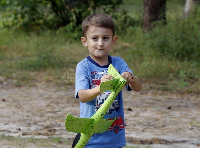 Little Boy en parc Jouer avec un avion du ` s d'enfants photo libre de droits
