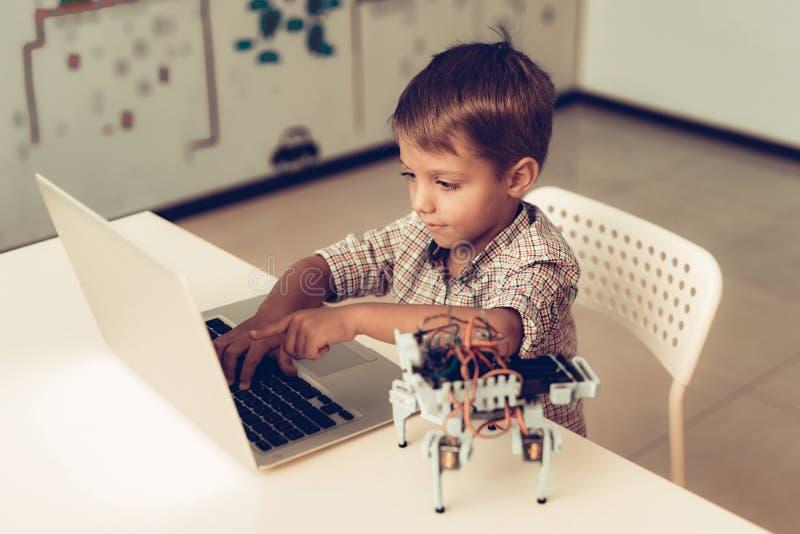 Little Boy en robot de programación de la camisa en casa fotos de archivo