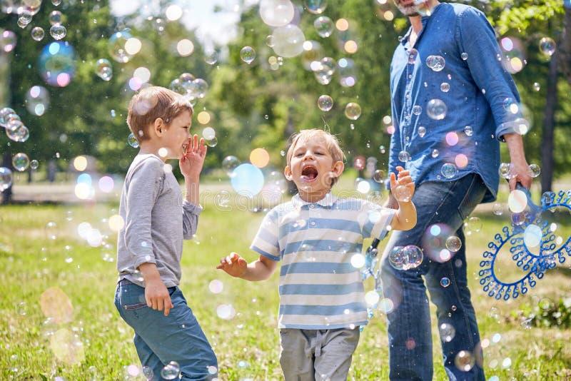 Little Boy engraçado com bolhas de sabão foto de stock