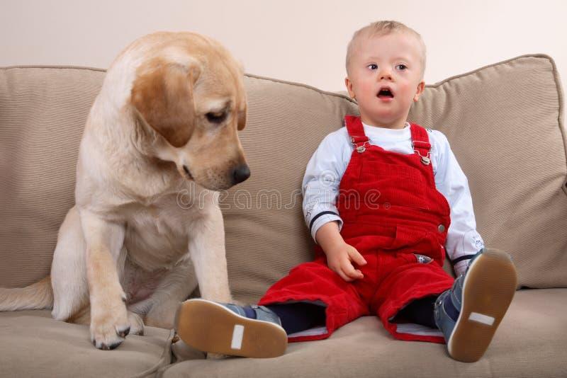 Little Boy et crabot image libre de droits