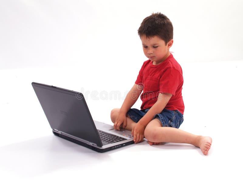 Little Boy et ordinateur portatif image stock