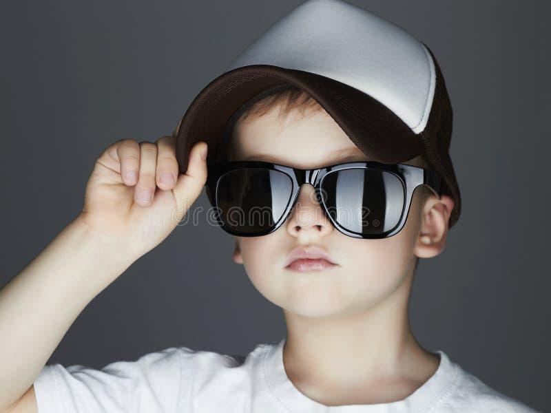 Little Boy Fashion Children bello in occhiali da sole e cappello dell'inseguitore Bambino in cappuccio fotografie stock libere da diritti
