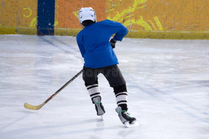 Little Boy gracz w hokeja Odizolowywający na białym tle fotografia stock