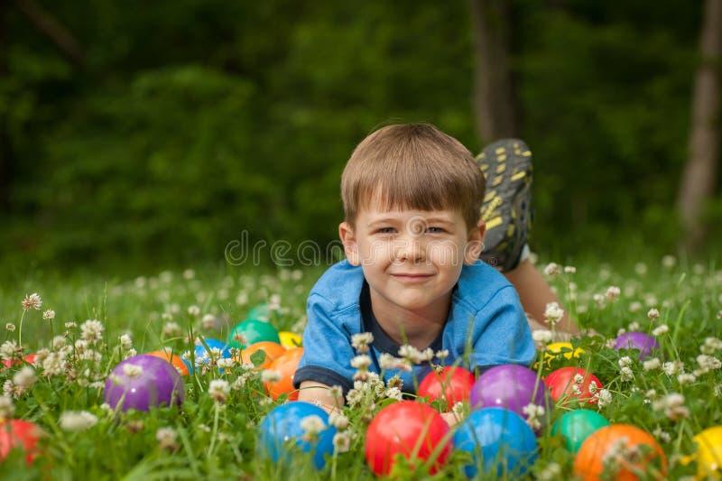 Little Boy in Gras royalty-vrije stock fotografie