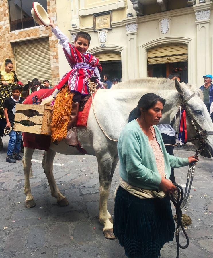 Little Boy hält Hut während der Weihnachtsparade in Cuenca Ecuador lizenzfreie stockbilder
