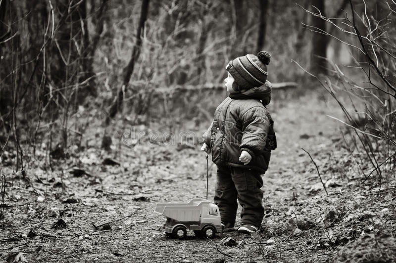 Little Boy ha perso in una foresta fotografie stock libere da diritti