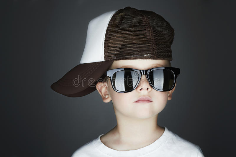 Little Boy Hip-Hop-Art Fashion Children Stattlich in den Sonnenbrillen im Verfolger-Hut lizenzfreie stockfotografie