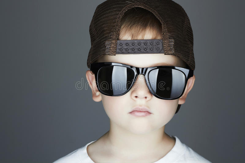 Little Boy Hip-Hop-Art Fashion Children Stattlich in den Sonnenbrillen Junger Rapper stockbild