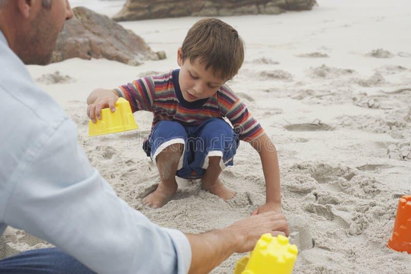 Little Boy I ojciec Bawić się Z piaskiem fotografia royalty free