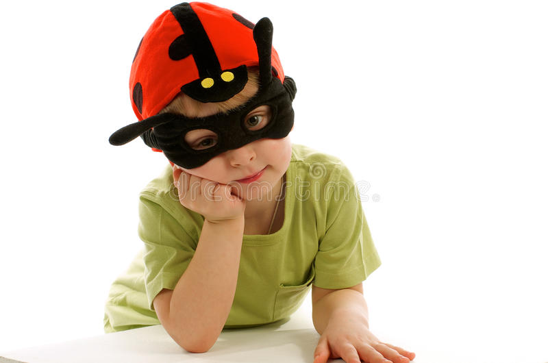 Little Boy im Marienkäfer-Hut lizenzfreie stockbilder