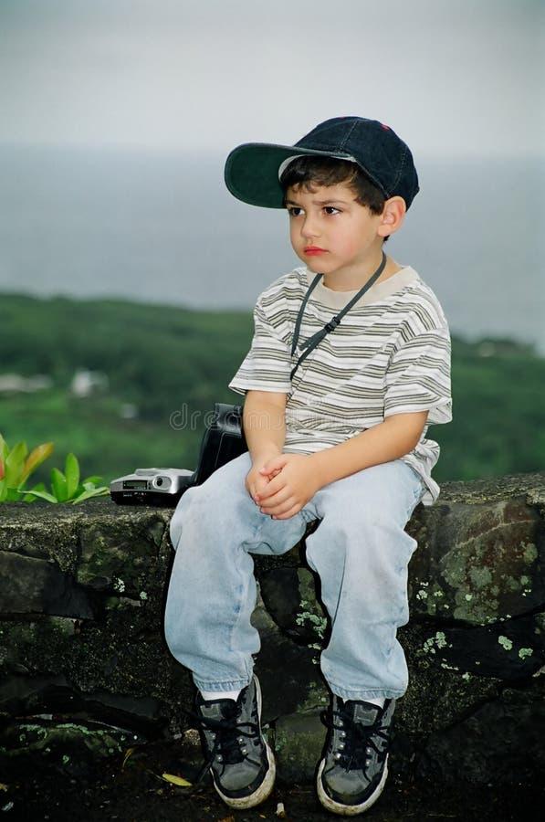 Little Boy infeliz com câmera foto de stock royalty free