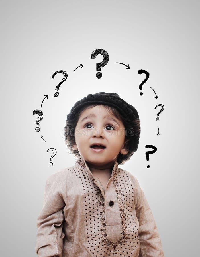 Little Boy inteligente adorable que piensa - tablero de tiza imagen de archivo libre de regalías