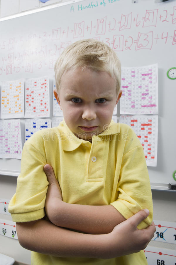 Little Boy irritado na sala de aula fotos de stock
