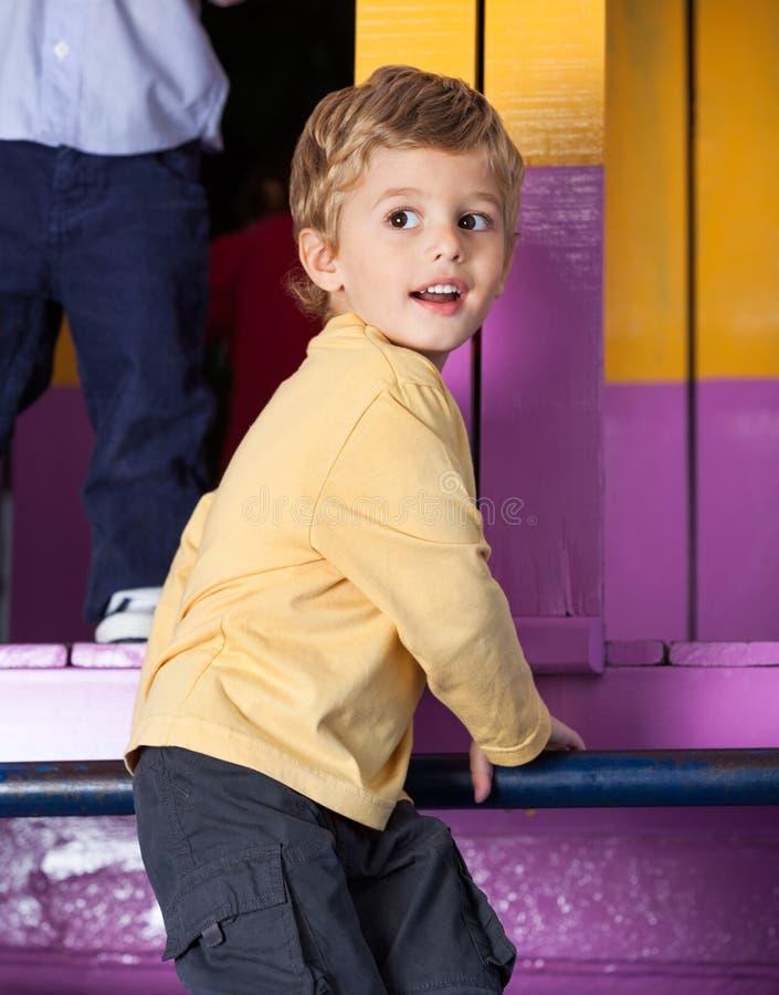 Little Boy jouant dans le jardin d'enfants images libres de droits