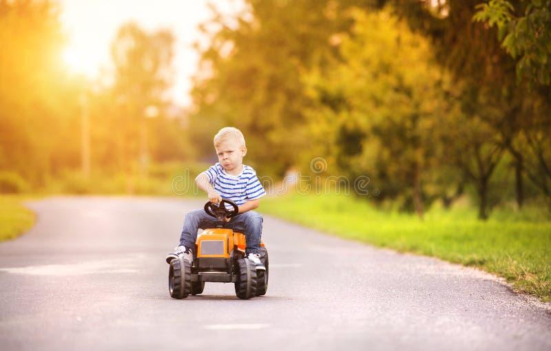 Little Boy jouant dehors image libre de droits