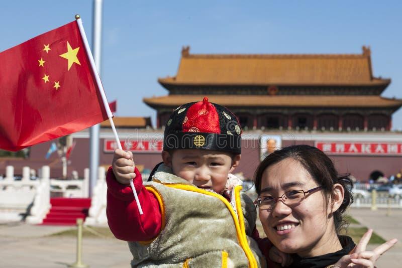 Little Boy macha chińczyk flaga w Niedozwolonym mieście, Pekin obraz royalty free
