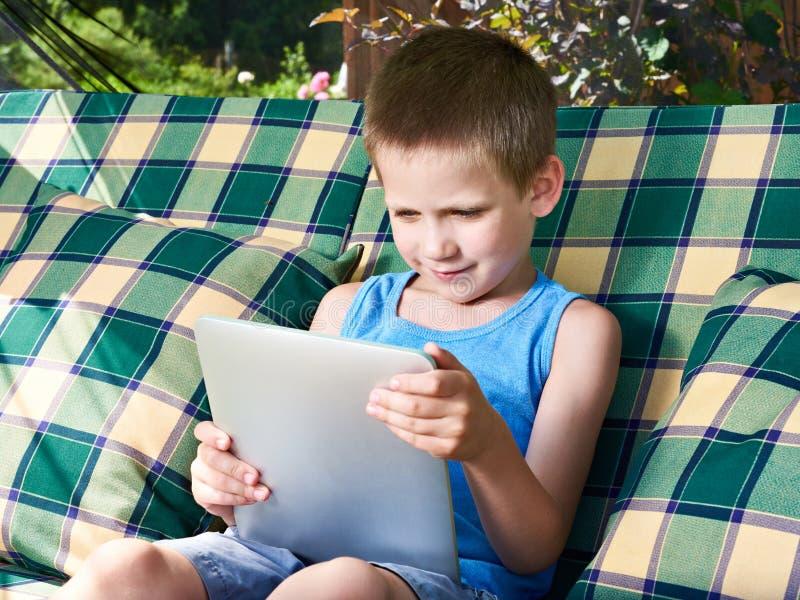 Little Boy med minnestavlaPC arkivbild