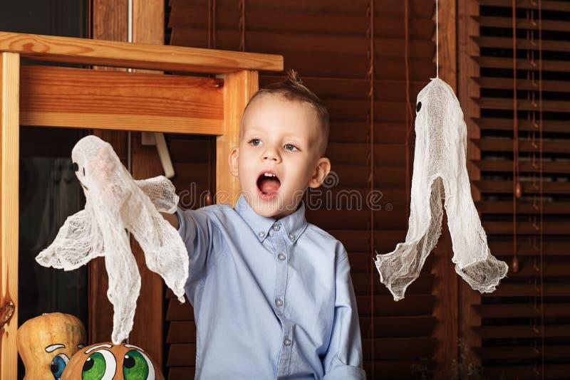 Little Boy mignon ayant l'amusement dans des décorations de Halloween photographie stock libre de droits
