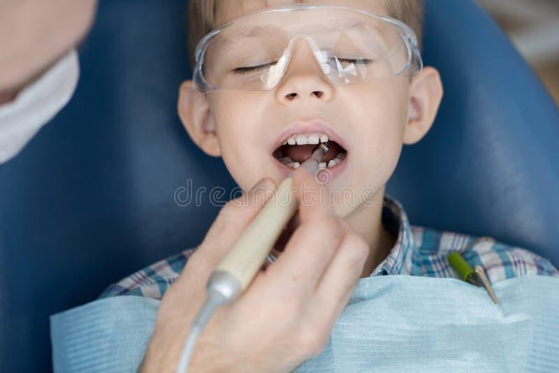 Little Boy mignon dans la clinique dentaire photographie stock