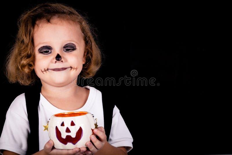 Little Boy mignon Veille de la toussaint images stock