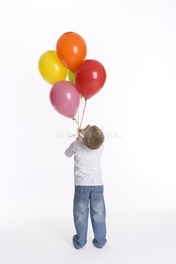 Little Boy mit Bündel Ballonen stockfoto