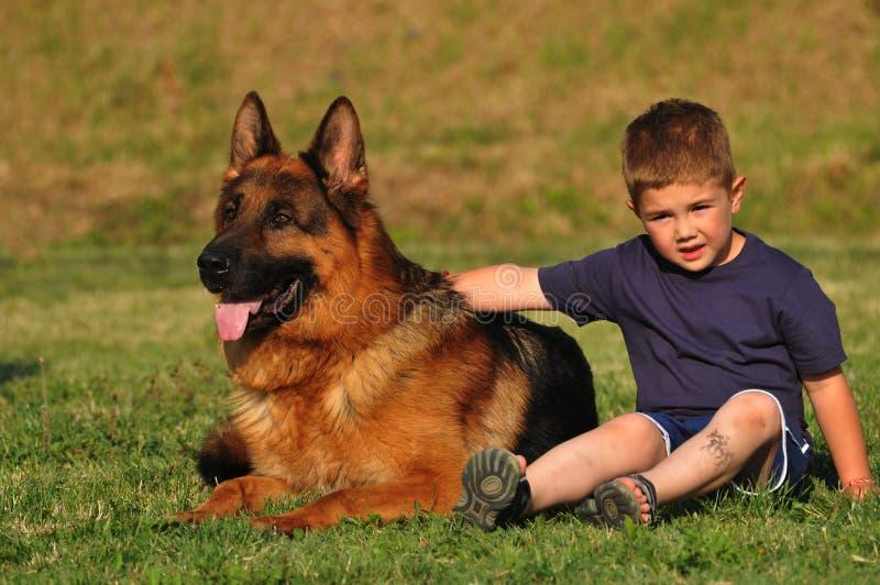 Little Boy mit großem Hund lizenzfreie stockfotografie