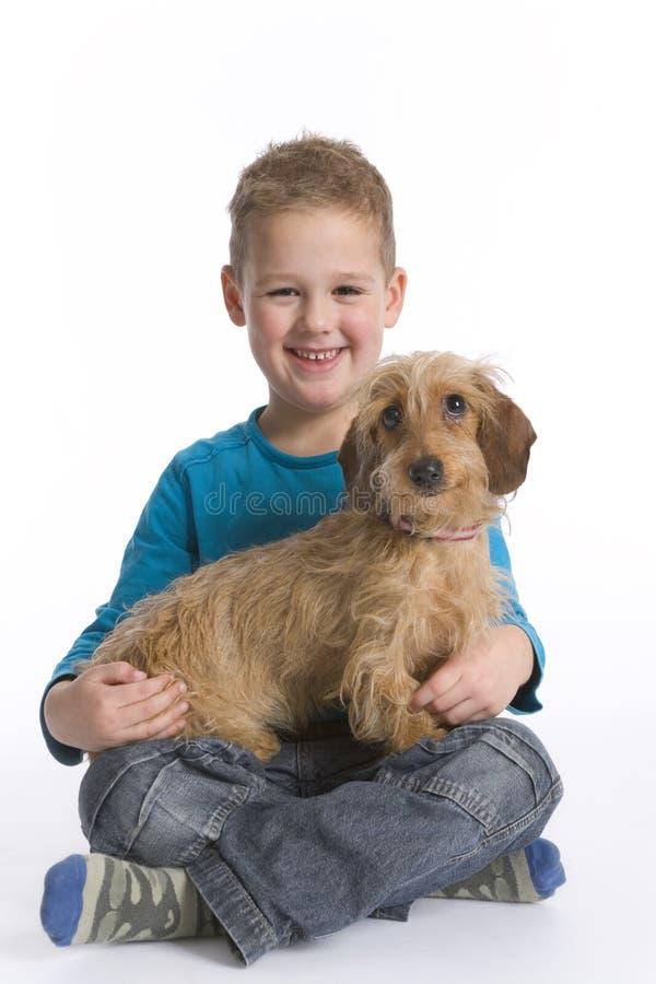 Little Boy mit Haustier-Hund lizenzfreies stockbild