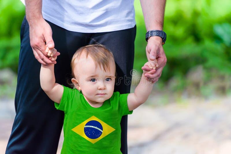 Little Boy na camisa da bandeira de Brasil imagem de stock