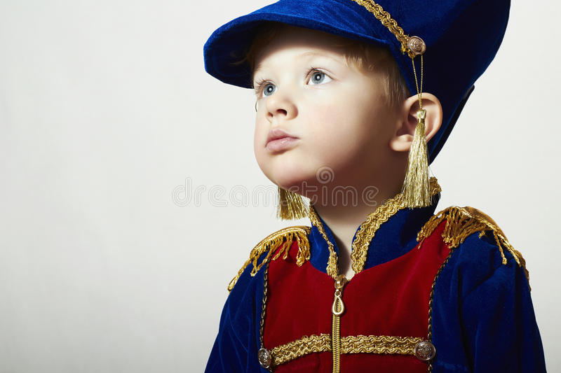 Little Boy na criança do carnaval Costume.Fashion Children.Handsome com olhos azuis grandes. Uniforme do disfarce Soldier.Unusual fotos de stock royalty free
