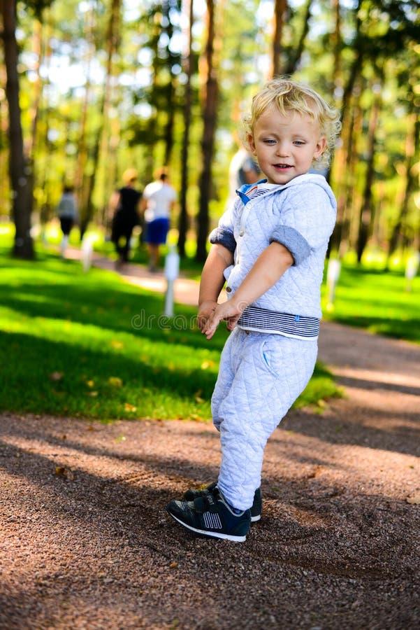 Little Boy nel parco immagini stock libere da diritti