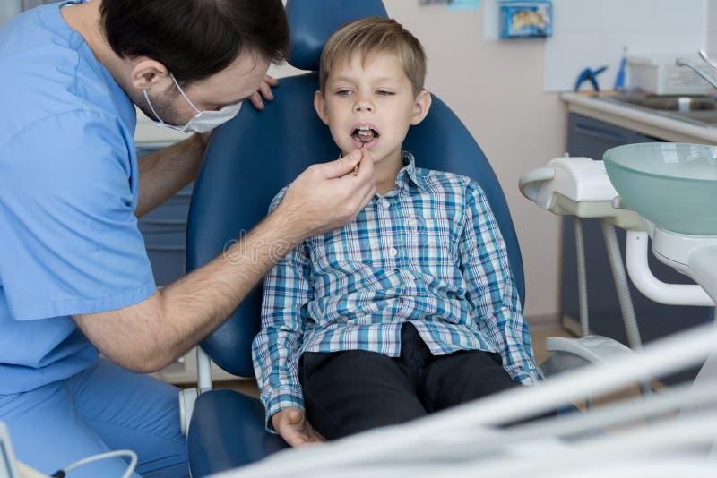 Little Boy no exame dental fotos de stock