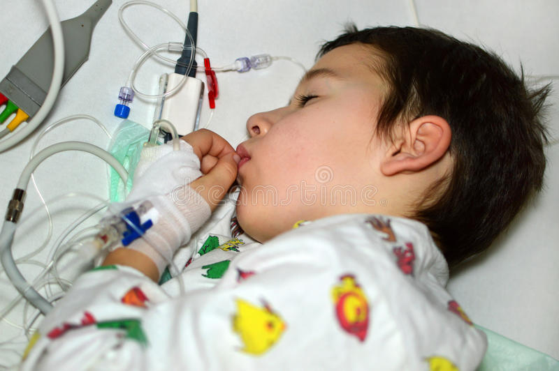 Little Boy no hospital imagem de stock