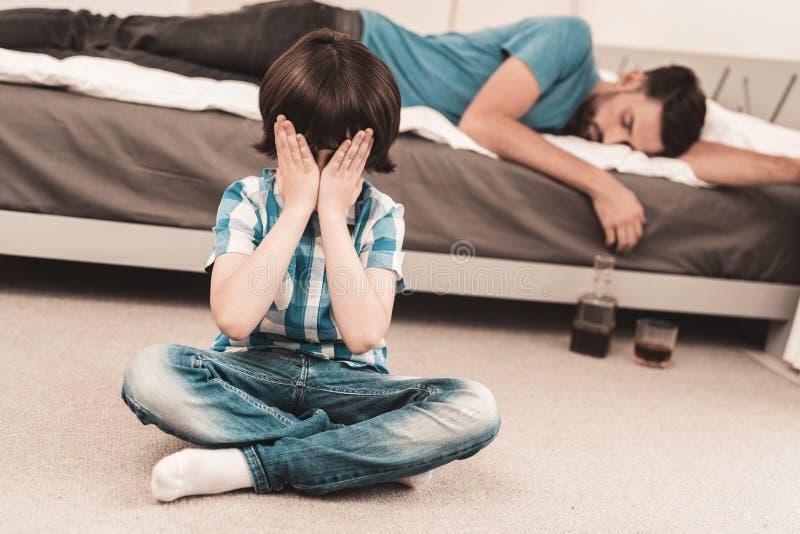 Little Boy obsiadanie w pokoju z Chmielnym ojcem zdjęcie royalty free