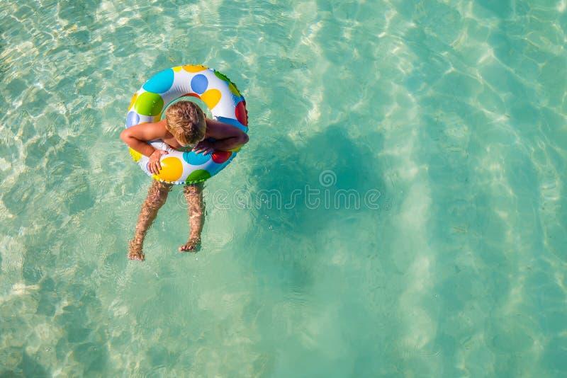 Little Boy in Opblaasbaar Ring Floating In The Water stock foto's