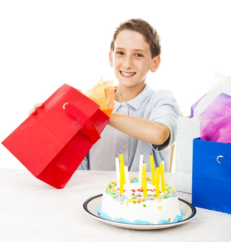Little Boy ouvre le cadeau d'anniversaire photos libres de droits