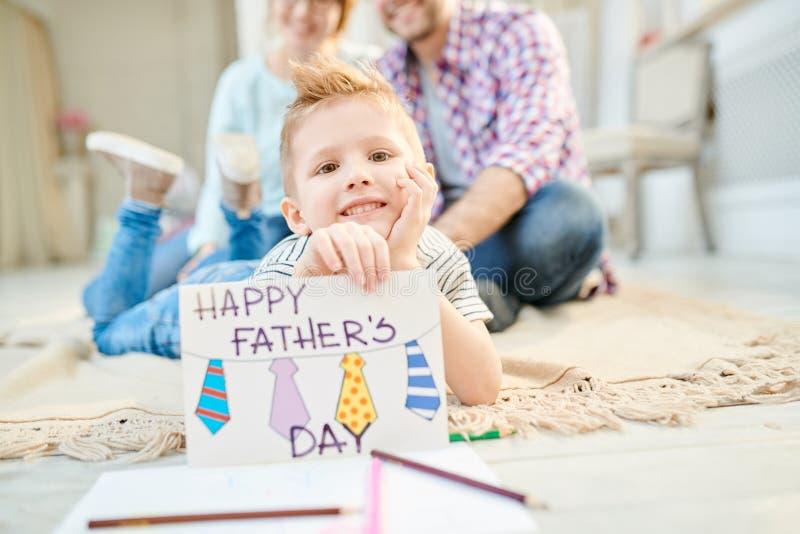 Little Boy posant avec la carte de voeux faite main image libre de droits