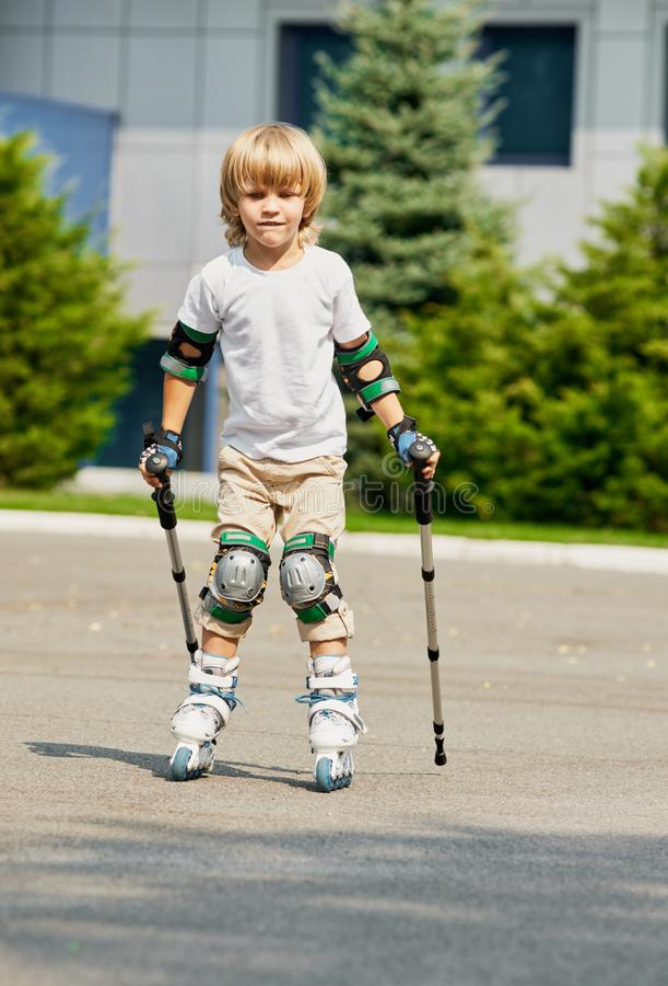 Little Boy que aprende rollerblading fotos de stock
