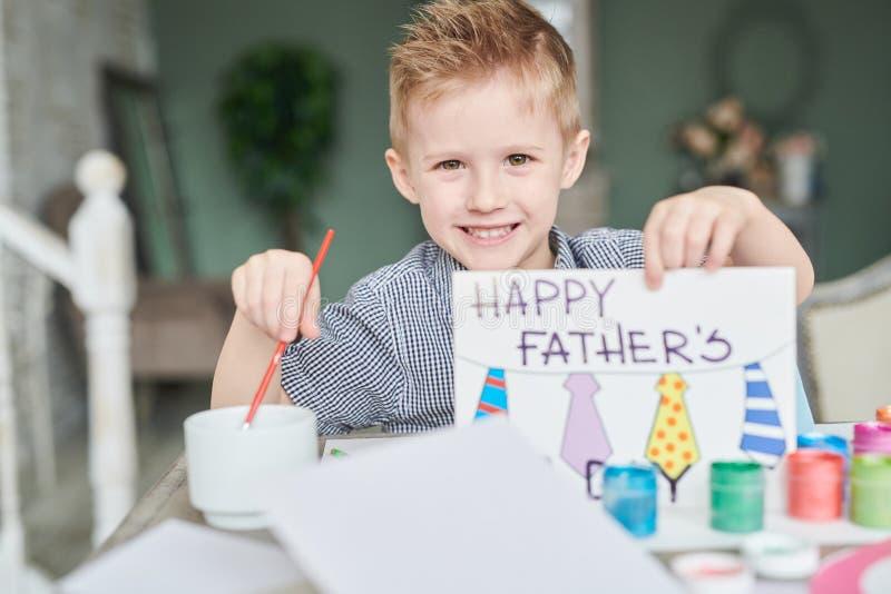 Little Boy que faz o cartão do dia de pais fotos de stock