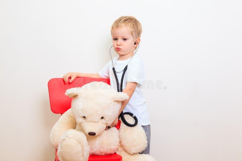 Little Boy que joga o doutor imagens de stock