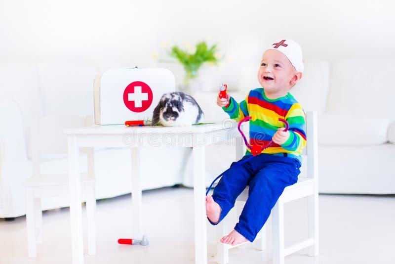 Little Boy que juega al doctor imagen de archivo