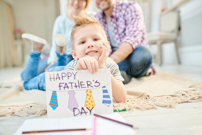 Little Boy que presenta con la tarjeta de felicitación hecha a mano imagen de archivo libre de regalías