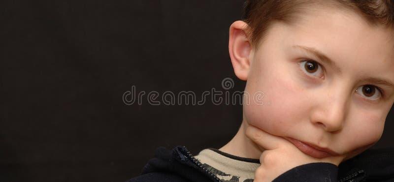 Little Boy sérieux image stock